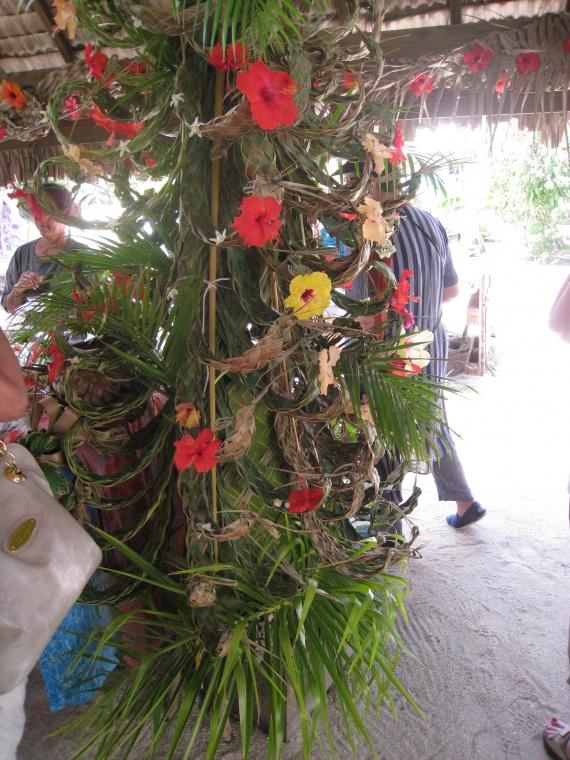 Не беда,что ёлки на Бора-Бора не растут.Немного фантазии и творческого подхода - и вот она- ёлка из пальмы:)о. Бора-Бора. Французская Полинезия